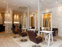 オーブ ヘアー エル 四条大宮店(AUBE HAIR elle)の雰囲気(開放感のある明るい店内で、くつろぎの時間をお過ごしください。)