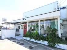 シュ シュ 旭店(chou chou)の雰囲気(店舗前とひまわり歯科の横に駐車場があります。)
