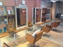 ラポールヘア 国領店の雰囲気(隣とお客様との幅にゆとりのあるセット面。(調布、国領))