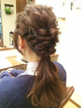 ポニーテール ヘアアレンジ 結婚式の髪型 ポニーテール フレンチシックでコケティッシュな編み込みポニーテール