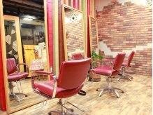 Ace Cafe HAIR`S エース カフェ ヘアーズの雰囲気(レンガの色味と椅子の色がマッチしてオシャレな空間。)