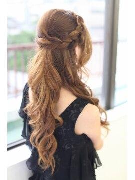 編み込みカチューシャ アレンジ~結婚式で人気の髪型をご紹介