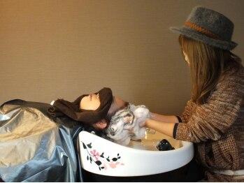 ヘア デザイン ルナ(Hair Design Luna)の写真/半個室のシャンプーブースで癒しのひと時を…。初めてオーガニックヘアケアを試してみたい方にオススメ♪