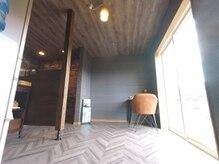 ヘアープロデューストモ(HAIR Produce TOMO)の雰囲気(時間によって内装が変化するカフェスペースです。)