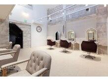 落ち着いた大人の美容室。吹き抜け天井のゆったりとした空間。