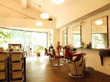 パンセ(PENSER)の雰囲気(高い天井にゆったり座席配置、参道沿いの落ち着いた雰囲気。)