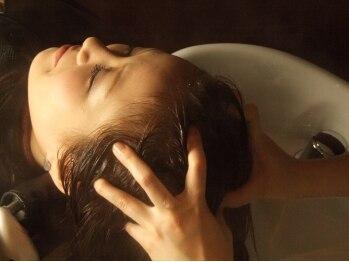 ルーエ ヘア デザイン(Ruhe hair design)の写真/《個室完備♪》アロマオイルと炭酸を使用した、プロのスパニストによる、ゆったり癒しのヘッドスパ…☆