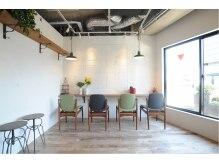 バロン 高田馬場店(baLon. tb)の雰囲気(暖かい雰囲気の待ち合い♪映像/植栽を楽しめる場所です)