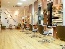 オズ アクシス ヘアプロデュース(OZ AXIS hair produce)の雰囲気(木を基調にした温かい雰囲気の内装。セット面は7台)