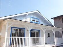 ホットリップ(Hot Lip)の雰囲気(青いカラーの白い建物が目印)