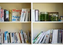 ミト(mito)の雰囲気(アート本、図鑑、漫画、小説、様々な本が詰まった本棚。)