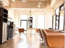 レボルトヘアー 松戸店(R-EVOLUT hair)の雰囲気(自然光が柔らかく差し込む、心地よい空間◎【松戸/松戸駅】)