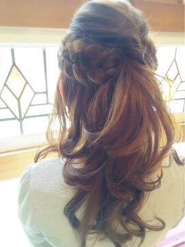 結婚式の髪型ふわふわハーフアップ