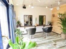 スキーム ヘア デザイン(Scheme hair design)の雰囲気(ガラス張りの店内にはたくさんの光が差し込みます。)