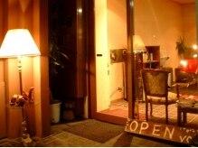 ヴォルス(Vols)の雰囲気(アンティーク家具に囲まれた店内への入り口。ランプが目印。)