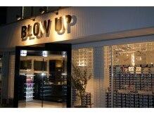 ブロウアップ(BLOWUP)の雰囲気(夜は、店内の照明で外観を演出します。)