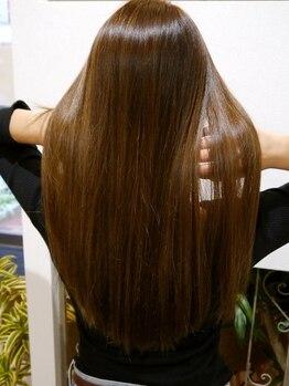 エーアンドケイ(A&K)の写真/毛先までナチュラルに仕上がるダメージレス縮毛矯正で、指通り滑らかで自然なストレートヘアへ!