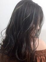 暗髪とグレージュハイライト
