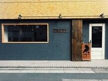 トローヴ(trove)の雰囲気(グレーの壁にお洒落な木目調の柱が目印)