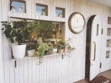 アンティーラ豪徳寺店(anteera)の雰囲気(白を基調とした、大きな時計が目じるしのお店)
