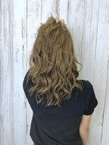 エメラルドグリーンのハイライト巻き髪