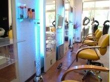 ヘアースタジオ ビー クール(Hair studio BE cool)の雰囲気(明るい店内とスタッフの笑顔で癒される。)