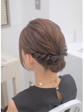 リサ 恵比寿(risa.)ミディアムヘアのシニヨンスタイル