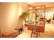 アビーヘア 市川店(abie hair)の雰囲気(待合スペースです。AVEDAの商品も並んでいます。【abie市川】)