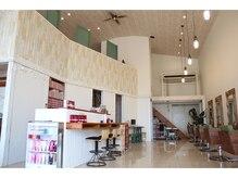 スパリブール(Spalibur)の雰囲気(二階もあり、高い天井が開放的でリラックス感のある空間。)