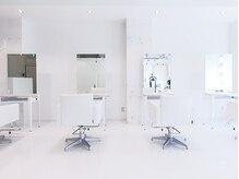 インパクト ヘアー(IMPACT hair)の雰囲気(白を基調に、スタイリッシュな店内です。)