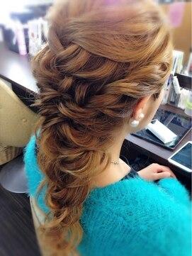 結婚式の髪型 ハーフアップ ゆる三つ編み風ハーフアップ