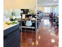 美容室プラザ 王寺店の雰囲気(広々とした店内でゆっくりとくつろいで頂けます)