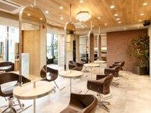 オーブ ヘアー エマ 新鎌ケ谷店(AUBE HAIR emma)の雰囲気(開放感のある明るい店内で、くつろぎの時間をお過ごしください。)