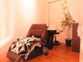 ムス ヘアー(MUSU HAIR)の写真/カーテンで仕切った個室風&フルフラットシャンプー台で極上Timeを♪自分の好きなアロマの香りを選べます☆