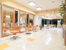 美容室サラサ 白石店の雰囲気(自然光が降り注ぐゆったりとしたセット面)