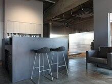 男性専門の個室型美容室 グランデ クラス(GRANDE CLASS)の雰囲気(モノトーンで落ちついた雰囲気の店内です)