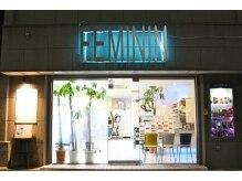 美容室フェミニンの雰囲気(夜のフェミニンの入口です。右手の写真ボックスは一見の価値あり)