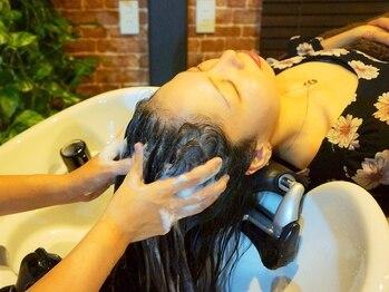 トレイス デュ ラパン(traces du lapin)の写真/髪の健康は頭皮が重要!フルフラットシャンプー台でマッサージと選べるアロマの香りでリラックス♪