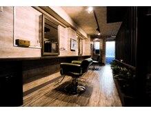 ミトレ ヘアデザイン(Mitore Hair design)の雰囲気(奥に長いつくりで、席と席の間はゆったりとしています。)