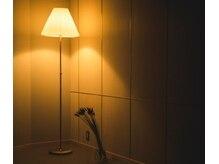 レトン(Leton)の雰囲気(それだけで存在感のあるスタンドライト。落ちた光で照らします。)