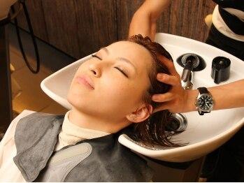 アズーラソフトピア(AZURA)の写真/ヘアケアマイスターによる、話題の「炭酸エイジングスパ」を体感して♪頭皮の血行を促進してくれます◎