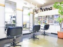 """サロンドニス美容室(Salon de NISS)の雰囲気(家族でご来店も歓迎""""鏡おおきいっす!)"""