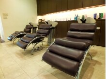 ラグジュアリーサロン グリッター(Luxury salon glitter)の雰囲気(足をのばせるシャンプー台。どこまでもリラックスでできるサロン)