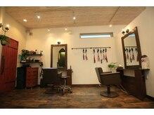 ヘアメイクスペース アドマーニ(Hair Make Space Adomani)の雰囲気(暖色系の店内は落ち着いた大人の雰囲気。)