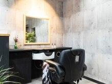 バーバーショップ カルペディエム(BARBERSHOP Carpediem)の雰囲気(コンクリート打ちっぱなしの内装に額縁をイメージした大きな鏡)