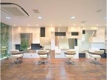 オズ ヘアーアンドトータルビューティー(OZ hair&total beauty)の雰囲気(ブラウンと白を基調とした洗練された空間。)