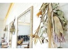 クロッジィ(CRODGE')の雰囲気(ドライフラワーや観葉植物もあり落ち着けるサロンです。)