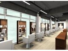 シエル ヘアーサロン(CIEL Hair Salon)の雰囲気(約20メートルの大型窓面からそそぐ自然光で居心地の良い店内)
