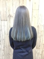 ヘアースペース ムーン(Hair Space MOON)プラチナシルバー、インナーカラーで淡いブルー、すごく可愛い