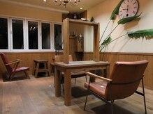 アーク オム(arque homme)の雰囲気(シックな雰囲気が漂う店内は、木材の質までこだわった上質空間。)